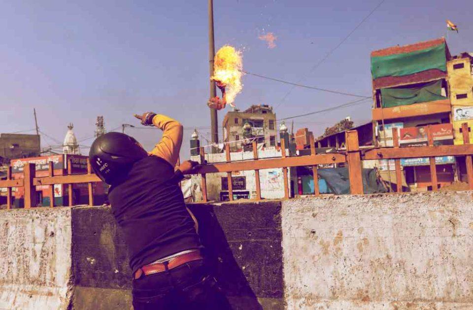 முஸ்லீம் வழிபாட்டுத் தலம் ஒன்றின் மீது நெருப்பு குண்டு வீசும் ஒரு சிஏஏ ஆதரவாளர்