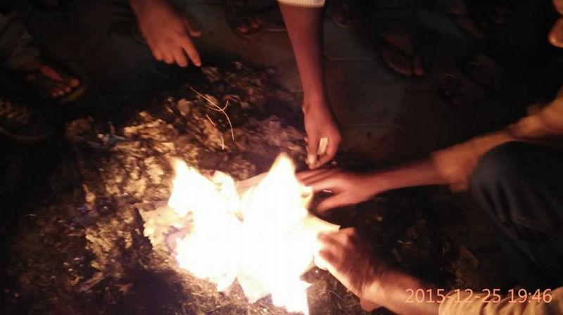டிசம்பர் 2015-ல் மனுஸ்மிருதியின் பிரதிகள் ஹைதராபாத் பல்கலைக் கழகத்தில் அம்பேத்கர் மாணவர்கள் சங்கத்தினரால் எரிக்கப்பட்டன - Image Credit : thewire.in