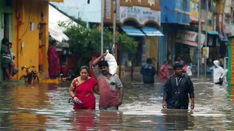 கனமழையால் சென்னையின் பல பகுதிகளில் குடியிருப்புப் பகுதிகளை நீர் சூழ்ந்துள்ளது. - Image Credit: hindustantimes.com