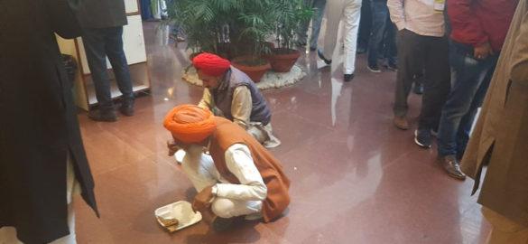 அரசு அளித்த உணவை மறுத்து விட்ட விவசாயிகள் - Image Credit : ndtv.com