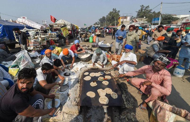 டெல்லி எல்லைகளில் முகாமிட்டுள்ள விவசாயிகள் - image credit : india today