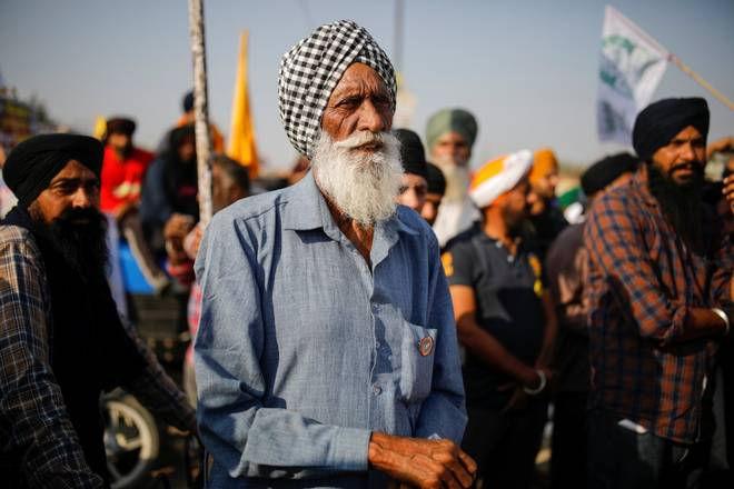 டெல்லியின் சிங்கு எல்லையில் போராடும் விவசாயிகள் - Image Credit : thehindu.com